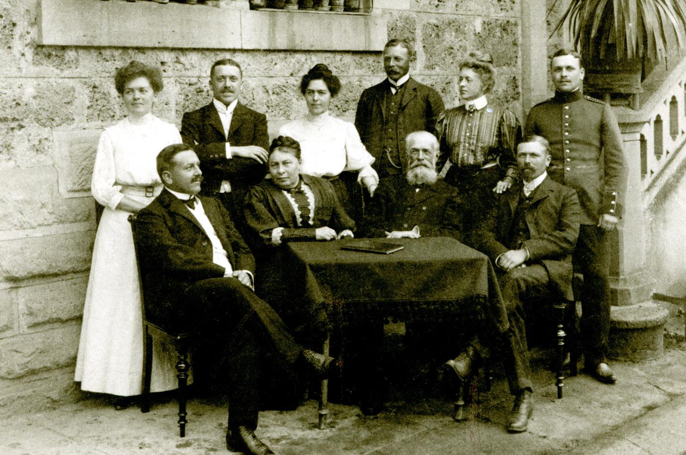 Gruppenbild mit Familienoberhaupt: Wilhelm Bräuninger mit Frau und Kindern vor dem Gutshaus in Hammetweil